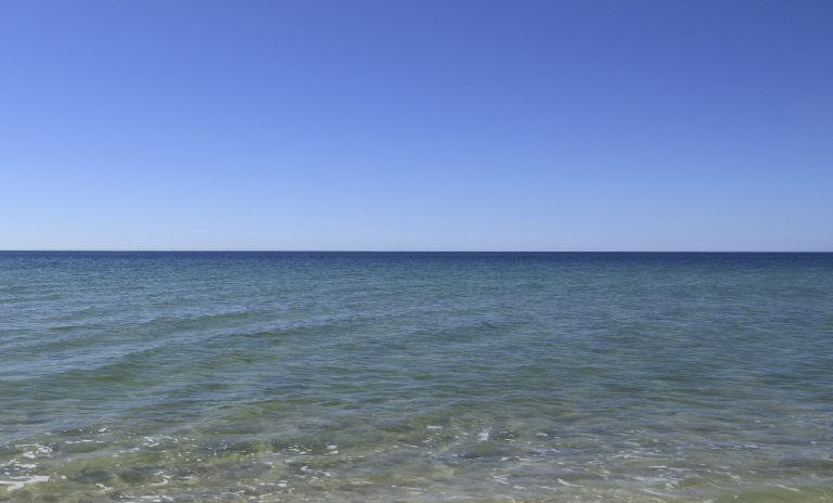 Der Himmel wird zum Horizont hin heller. Der vom Meer gespiegelte Himmel wird zum Horizont hin dunkler.