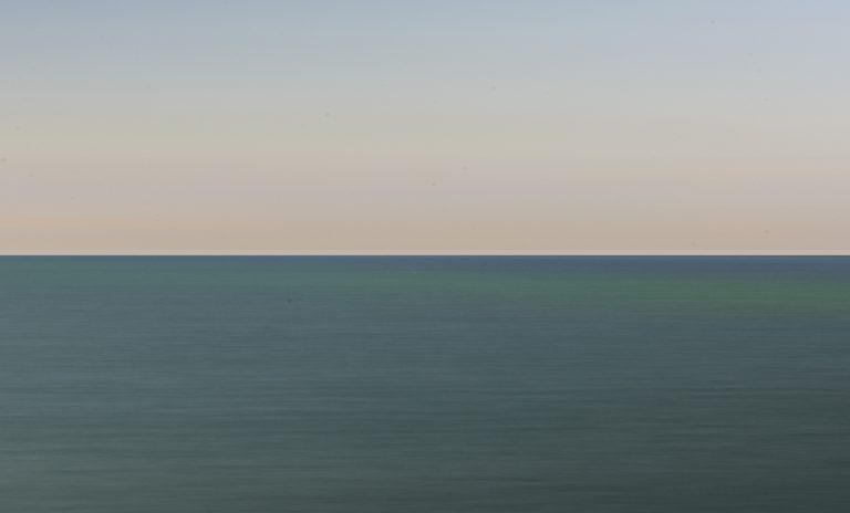 Hier kommt die grüne Farbe des Meeres durch Mischung der blauen und orange Farben des Himmels zustande.