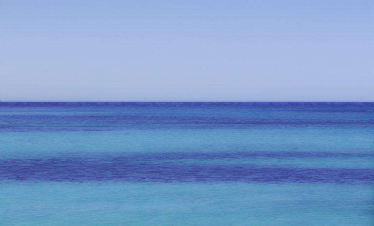 Unter den türkisfarbenen Flächen ist hellgelber Sand, unter den dunkelblauen Algen oder dunkles Gestein.