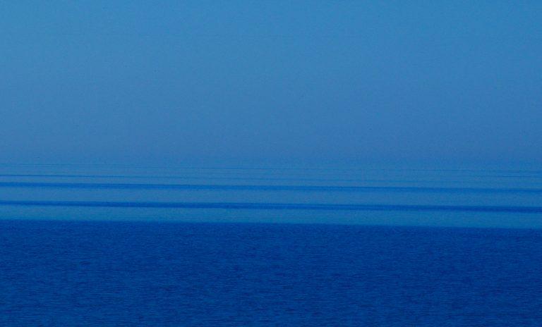 Hier ist das Wasser an den hellen Flächen glatt und spiegelt helle horizontnahe Teile des Himmels; die dunklen Flächen sind von Wellen bedeckt, die zenitnahe dunkle Himmelsteile spiegeln.