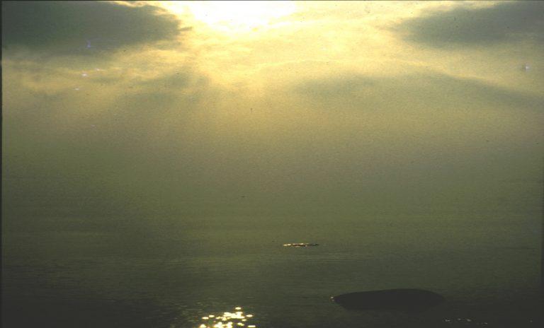 Bei Gewitter ist der Himmel in seltenen Fällen grün. Die Gewitterwolken reichen bis zum Boden, die Sonne steht etwa 30 Grad hoch.
