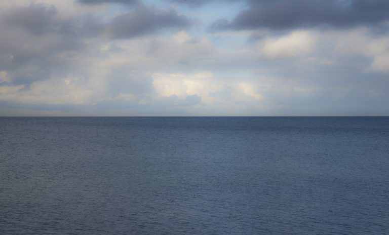 Bei leichtem Wellengang spiegelt das Meer die Farben des Himmels eine Handspanne über dem Horizont.