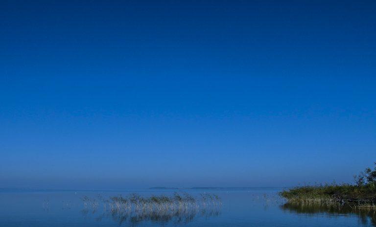 Der blaue Himmel wird zum Horizont hin heller. Die Farben des Himmels werden in den Anmerkungen der thumbnail-Übersicht erklärt.