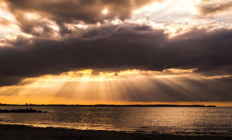 Lichtstrahlen, die die Erde treffen, sollten annähernd parallel verlaufen, weil die Sonne so weit weg ist. Aber dieses Bild zeigt anscheinend etwas Anderes.