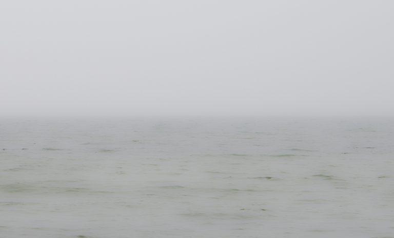 Nebel. Die Nebeltröpfchen sind so groß, dass die Lichtstreuung nicht von der Farbe abhängt und diese nicht verändert.