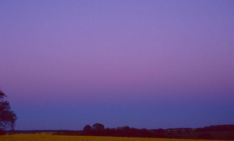 Etwa 20 Minuten nach Sonnenuntergang zieht sich das Gegenabendrot als rötlicher Bogen über den östlichen Abendhimmel –Gürtel der Venus wird dieses Phänomen genannt.