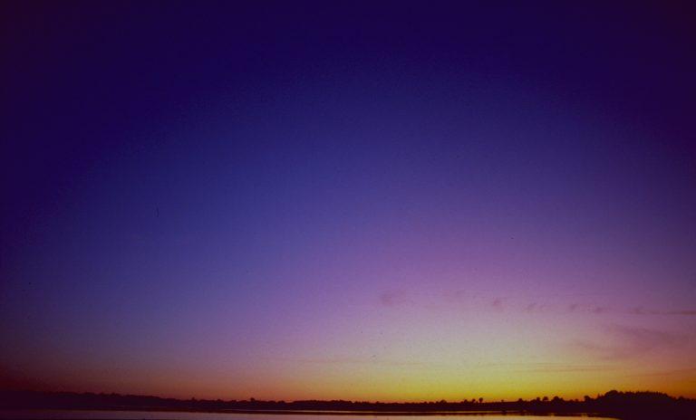 Der helle Schein sinkt mit der Sonne. Etwa 20 Minuten nach Sonnenuntergang leuchtet darüber das Hauptpurpurlicht auf.