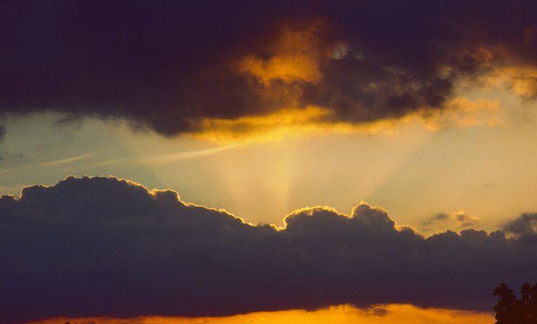 Wo die Sonne sich versteckt hat, sieht man durch Verlängerung der Strahlen nach unten