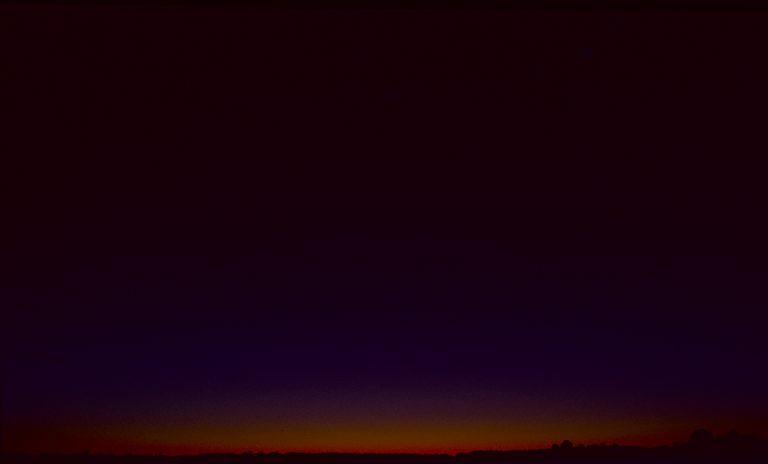 Nur noch das Purpurlicht ragt über den Horizont.