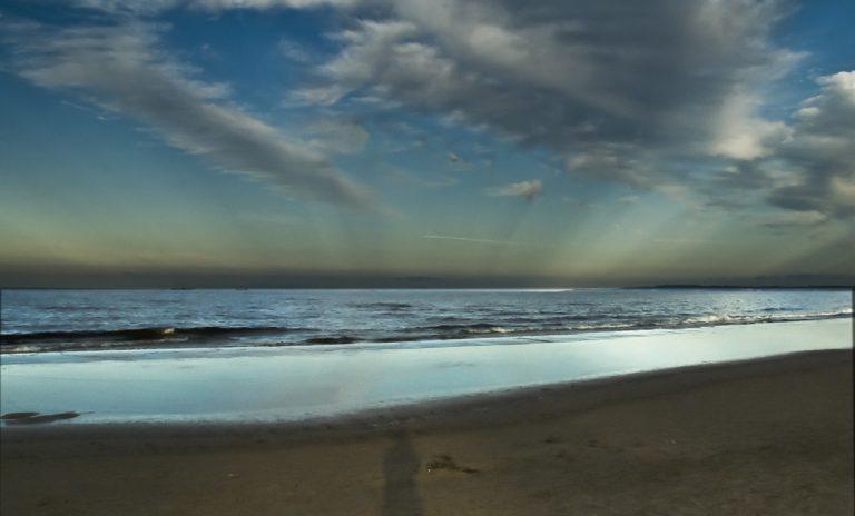 Hier scheinen die Schattenstrahlen im Schatten des Fotografenkopfes zusammenzulaufen