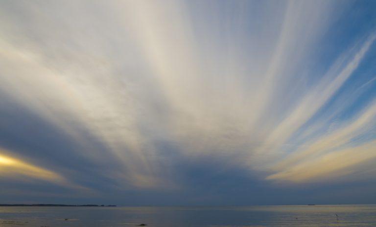 Warum fliegen die Wolken sternförmig in alle Richtungen? Oder sind es in Wirklichkeit parallele Wolkenbänder?